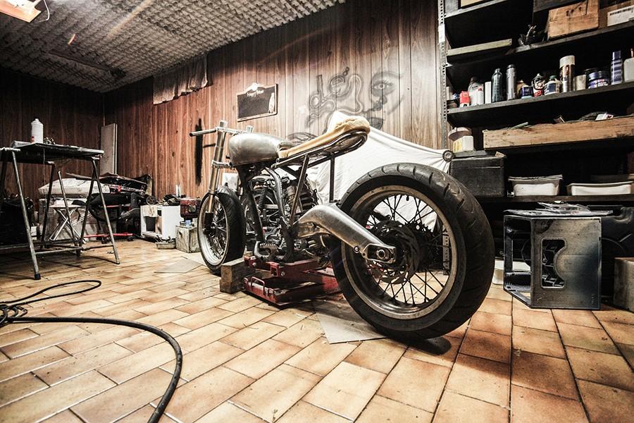 moto in garage